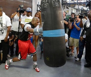 Heavy bag Mayweather frappe